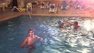 Download Desnudos en la piscina (lunes) Video