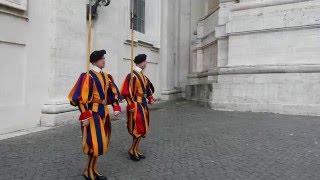 Download Wachablösung der Schweizer Garde am Vatikan zur vollen Stunde Video