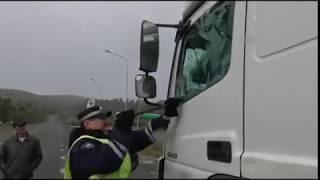 Download Инспектор ДПС выбивает стекло фуры, чтобы достать водителя. Башкирия 05.10.2017 Video