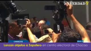 Download Lanzan objetos a Zapatero en centro electoral en Chacao Video