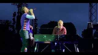Download Chris Martin and a fan perform Everglow in Munich Video