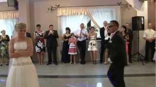 Download Zaskakujący pierwszy taniec Gosi i Adama. 2012 r. Video