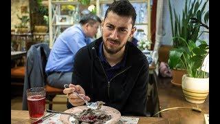 Download Египетский болельщик пробует русскую еду в Екатеринбурге Video