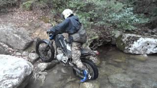 Download 雪降る半殺山でライダーが熱くなりすぎ最後に川に飛び込む動画 Video