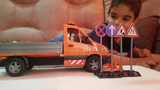 Download Bruder Toy MB Sprinter Municipal with driver and accessories Video