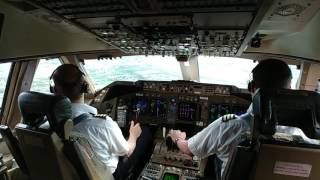 Download Boeing 747-400 landing Video