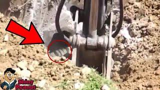 Download Tangan Apa Tuh?! Para Pekerja Ini Kaget Melihat Sesuatu yang Keluar Dalam Galiannya Video