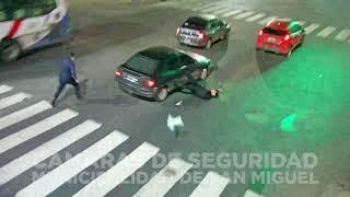 Download Esquivó un control, atropelló a un policía y fue aprehendido Video