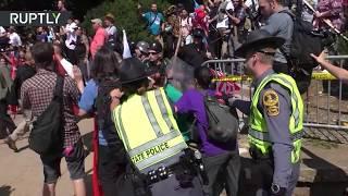 Download Choques entre supremacistas blancos y quienes se manifiestan en contra de ellos en Charlottesville Video