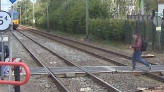 Download Levensgevaarlijk! Idioten klimmen over spoorbomen heen, vlak voor aanstormende trein langs! Video