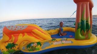 Download Elif Dinazor havuzu ile denizde oynuyor, Eğlenceli çocuk videosu Video