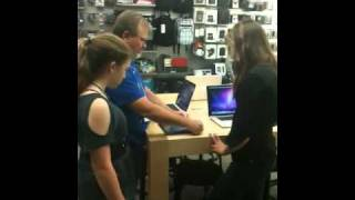 Download iPad 2 Apple employee Store helps demo smart cover and site Video