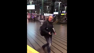 Download Verwarde man neergeschoten op Schiphol door marechaussee Video