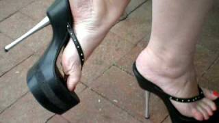 Download sexy feet in platform 7 inch high heel flip flops Video