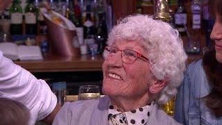 Download 92-jarige oma Rika werkt al 77 jaar voor dezelfde werkgever - RTL LATE NIGHT/ SUMMER NIGHT Video