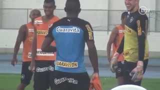 Download Jogador do Botafogo cai na brincadeira e recebe troféu de pior do rachão Video