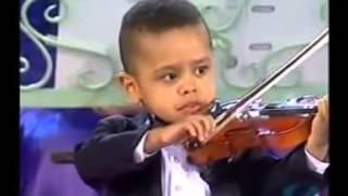 Download 3 летний мальчик играет на скрипке Video
