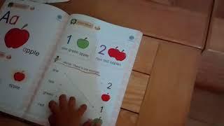 Download Bé mẫu giáo học sách tiếng anh lớp 1- tập đọc quả táo và mầu sắc | Bé học tiếng anh Video