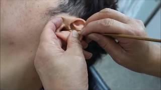 Download 【床屋の耳掃除】床屋 プロ 耳掃除 やり方 Japanese barber ear cleaning and swab Video