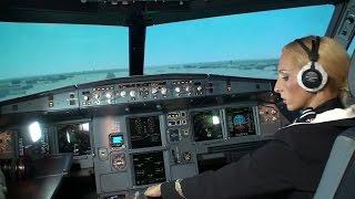 Download Стюардесса пытается посадить A320. Video
