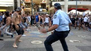 Download Flash Mob Haka Surfers Paradise 11.09.11.MP4 Video