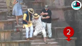 Download मस्जिद में सीढ़ियों से दो बार फिसली हिलेरी, ऐसे हुआ हादसा Hillary Clinton slips twice in Mandu Video