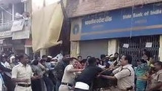 Download One Army Jawan VS 7 Police Officers - Fighting Outside Bank Video