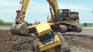 Download 345CL Excavator Pulls Out 2 Deere Dozers From a Canal ″Stuck?″ Video