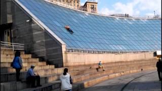 Download Жесть в Киеве двое выпивших горе-экстремалов чуть не разбились, скатившись со стены ″Глобуса″ Video
