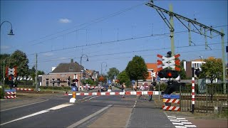 Download Idioten steken gesloten overweg over in Gilze-Rijen. Aanstormende trein moet op de remmen! Video