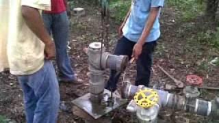 Download EXTRAYENDO BOMBA SUMERGIBLE DE POZO DE AGUA Video