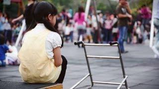 Download 【慢飛天使 完整版街頭實測影片】身障童遭歧視,你會伸出援手嗎? Video