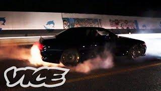 Download 深夜に繰り広げられるカーレース - Illegal Street Racers in Okinawa Video