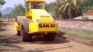Download Cara kerja alat berat pemadat dan perata tanah pada jalan baru Video