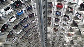 Download Deutschland Wolfsburg Autostadt ein Fahrt in den 48 Meter hohen Auto Türmen Video