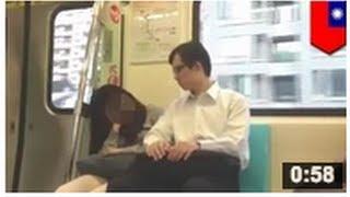 Download VIDEO: Un pervers pris en plein acte en train de molester une passagère endormie dans le métro Video