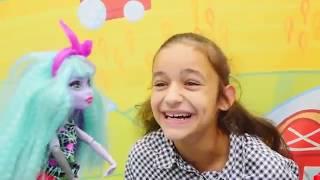 Download Monster High Twyla cadının evini temizliyor. Video