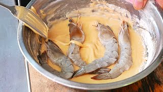 Download Cambodian Street Food - GIANT EGG BATTERED PRAWNS (Phnom Penh) Video