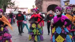 Download Inician los festejos de día de muertos con desfile de catrinas y catrines Video