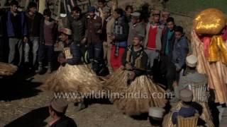 Download Mahro ghagharo ghumyo - Men in grass skirts dance at Faguli festival Video