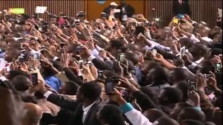 Download President Obama breaks security protocol, handshakes with Kenyans Video