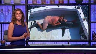 Download Wie duikt er hier op deze haai? - RTL LATE NIGHT Video