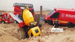 Download caminhão caindo da ponte e bombeiro fazendo o resgate Video