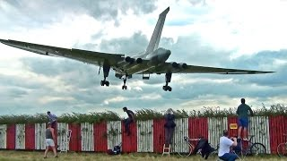 Download 🇬🇧 Thunderous Vulcan Bomber XH558, Waddington Airshow 2014. Video