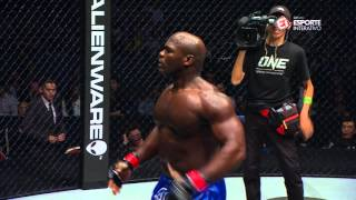 Download Alain Ngalani nocauteia Igor Subora após boa sequência de chutes Video