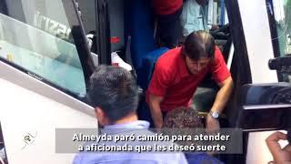 Download Almeyda paró camión de Chivas para atender a aficionada que les deseó suerte Video