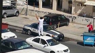 Download أردني مخمور يرقص على السيارات في أحد شوارع الكويت ويضرب رجل أمن Video