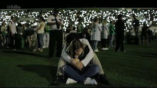 Download Moradores de Chapecó lotam estádio e cantam em memória às vítimas do voo Video