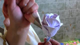 Download видеоурок: розы на торт из белкового крема   طريقة عمل ورود الزينة بالكريمة Video
