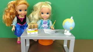 Download Weekend Homework ! Elsa and Anna toddlers - Morning routine - someone wakes up late Video
